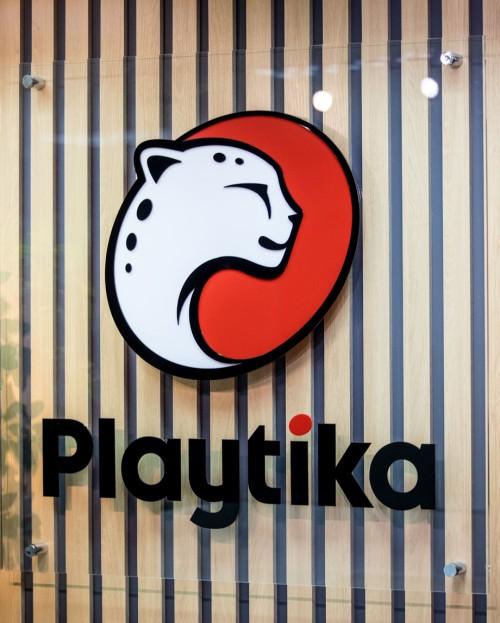 Интерьерный логотип для IT-компании «Playtika»